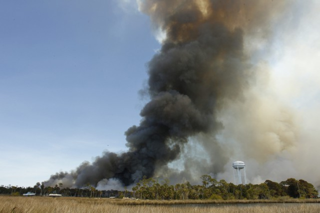 Un violent incendie a frappé Hernando Beach en... (PHOTO AP)