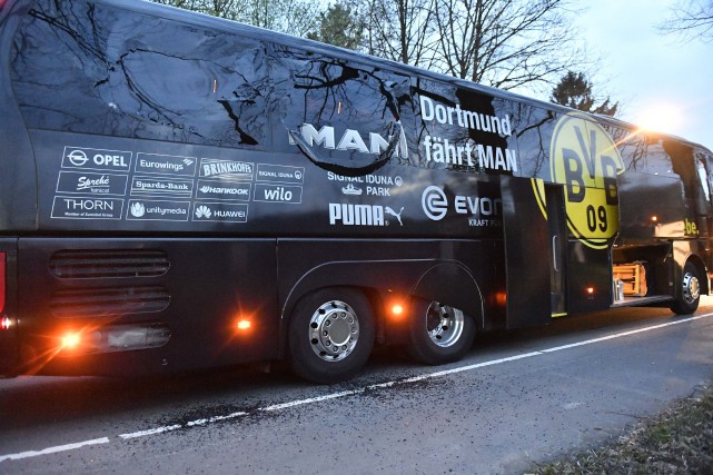 Des vitres de l'autobus du Borussia Dortmund ont volé... (Photo Martin Meissner, ARCHIVES ASSOCIATED PRESS)