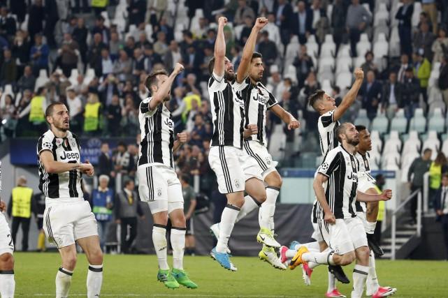 Les joueurs de la Juventus célèbrent après leur... (Photo Antonio Calanni, AP)