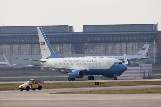 L'avion transportant Rex Tillerson atterrit à l'aéroport international... (PHOTO AP)