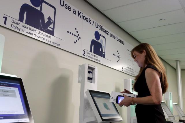 Les nouvelles bornes libre-service permettront d'accélérer les services... (La Presse canadienne)