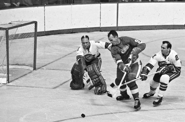 Gordie Howe des Red Wings de Detroit (au... (Archives La Presse canadienne)