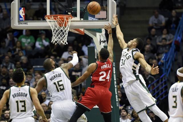 Match opposant les Raptors aux Bucks le mois... (ARCHIVES REUTERS)