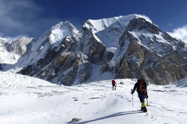 Marche d'approche vers la face sud du Gasherbrum... (Photo Louis Rousseau)