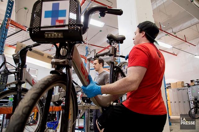 Chaque année, des employés préparent les vélos BIXI... (Alain Roberge, archives La Presse)