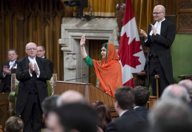 Malala Yousafzai salue la Chambre des communes qui... (Justin Tang, La Presse canadienne)