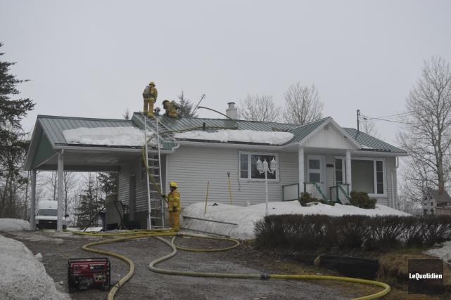 Une trentaine de pompiers ont participé à l'intervention.... (Le Quotidien, Louis Potvin)