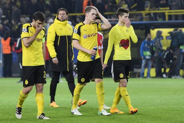 Des joueurs de Dortmund après leur défaite de... (AP, Martin Meissner)