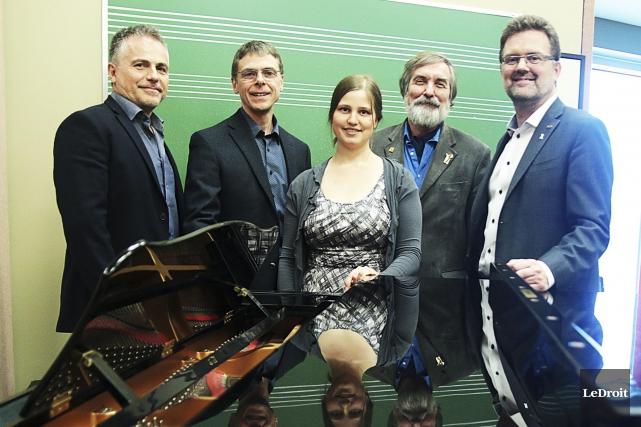 La violoniste Victoria Anne Flood est entourée (par... (Étienne Ranger, Le Droit)