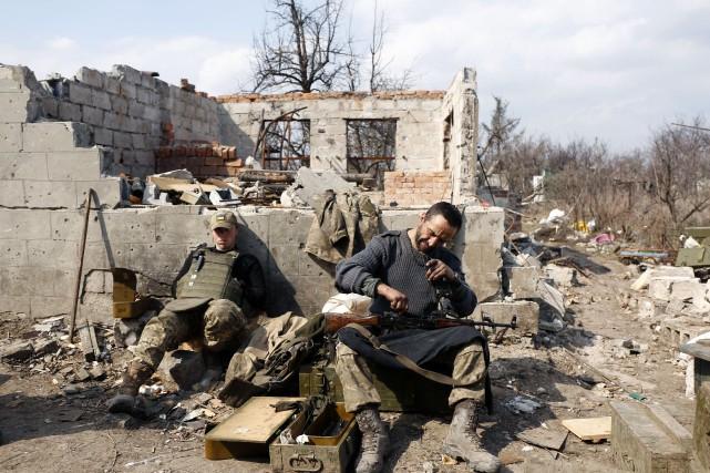 Des soldats rechargent leurs armes lors d'une période... (PHOTO ANATOLII STEPANOV, ARCHIVES AFP)