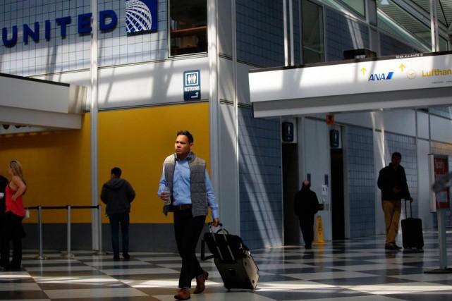 «Les transporteurs vendent souvent davantage de billets que... (Photo Joshua LOTT, agence France-Presse)