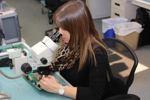 Stéphanie Moreau, une spécialiste en soudure d'Intelia, assemble... (Photo fournie par Intelia)