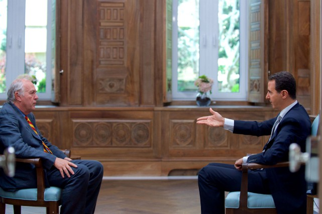 Bachar al-Assad (à droite) lors de son entrevue... (PHOTO REUTERS)