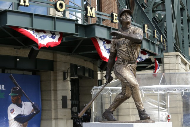 La statue de Ken Griffey Jr. à l'entrée... (PHOTO Ted S. Warren, AP)