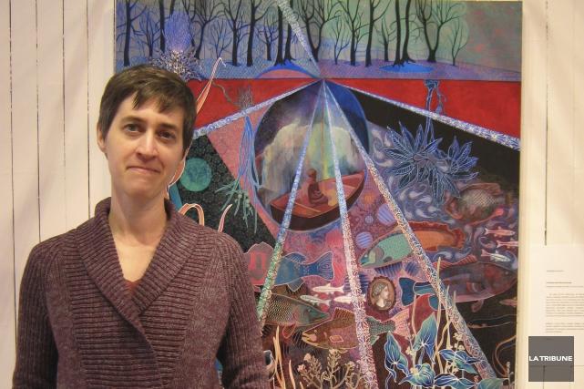 Johanne Bilodeau devant l'une des toiles de son... (La Tribune, Stéphanie Girard)