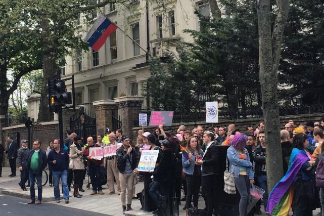 Des centaines de personnes se sont rassemblées mercredi... (PHOTO Thomas Hornall, AP)