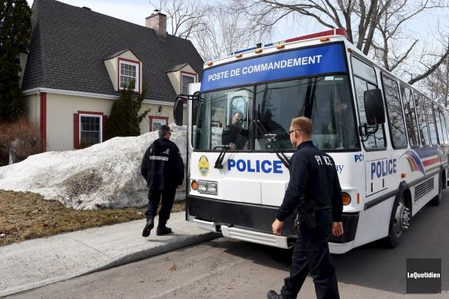 De nombreux policiers ont été dépêchés dans le... (Le Quotidien, Rocket Lavoie)