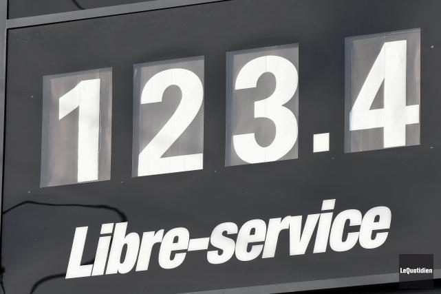 Le prix du litre a atteint 1,23$, jeudi... (Le Quotidien, Rocket Lavoie)