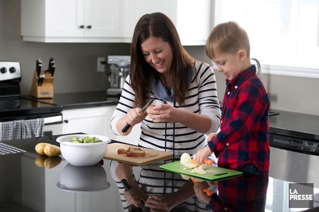 Caroline Bizier et son fils Théo préparant un... (PHOTO FRANÇOIS ROY, LA PRESSE)