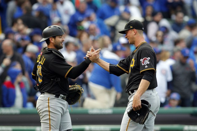 Francisco Cervelli et Tony Watson... (Photo Caylor Arnold, USA TODAY Sports)