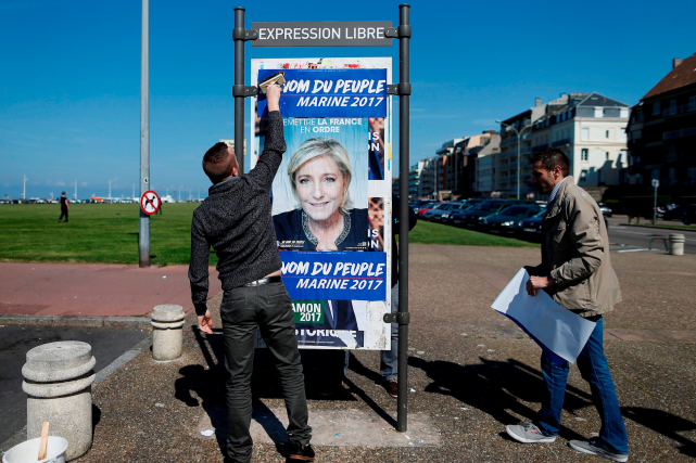 Des partisans de Marine Le Pen installent des... (AFP, CHARLY TRIBALLEAU)