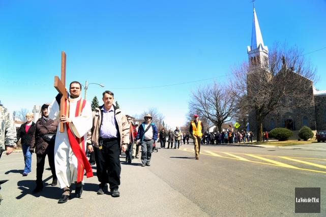 Une centaine de fidèles ont commémoré la Passion... (Janick Marois, La Voix de l'Est)