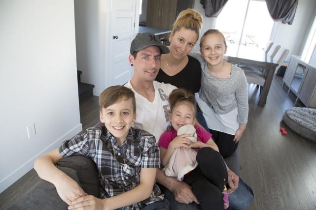 Sébastien Denis, Claudie Plourde et leurs trois enfants... (Spectre Média, René Marquis)