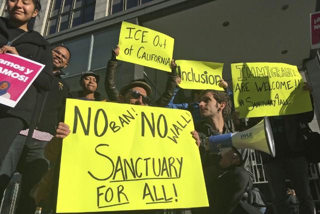 Des manifestants étaient présent aux plaidoiries des avocats... (Photo Haven Daley, AP)