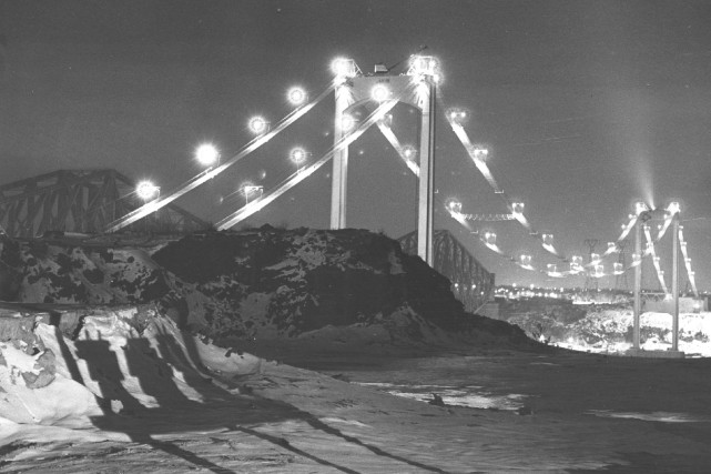 Cette photo d'archives confirme l'éclairage du pont Pierre-Laporte... (Archives Le Soleil)