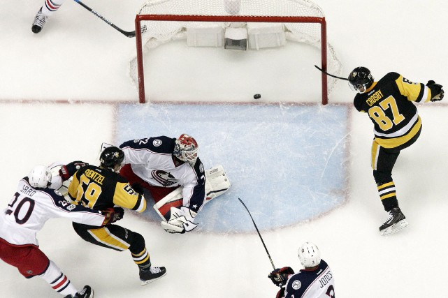 Sidney Crosby marque contre Sergei Bobrovsky... (Photo Charles LeClaire, USA TODAY Sports)