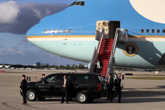 Le président Donald Trump prend place à bord... (AFP, Joe Raedle)