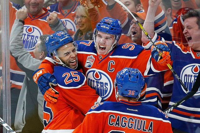 Connor McDavid (97) célèbre son but marqué en... (Photo Perry Nelson, USA TODAY)