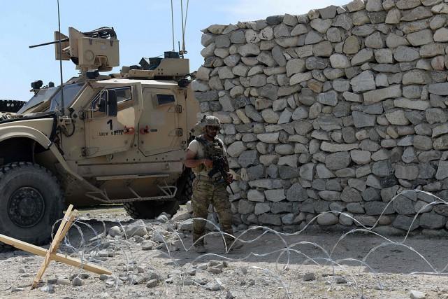Un soldat américain patrouille près du site où... (PHOTO NOORULLAH SHIRZADA, AGENCE FRANCE-PRESSE)