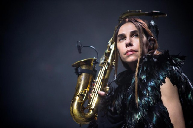 La chanteuse et multi-instrumentiste PJ Harvey était de... (PHOTO SARAH MONGEAU-BIRKETT, LA PRESSE)