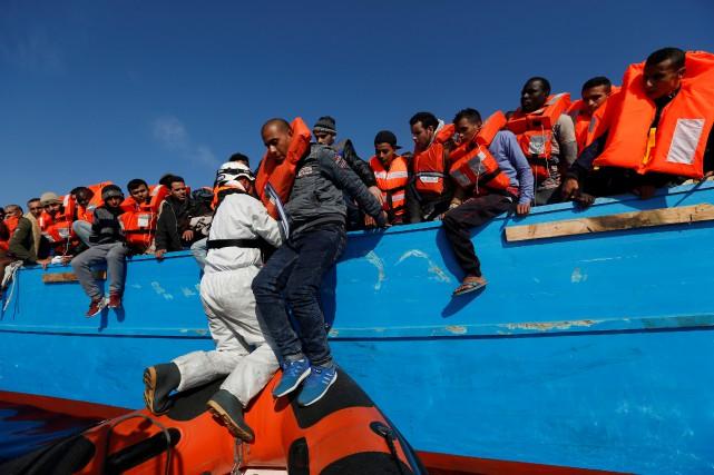 Après les 2000 migrants secourus vendredi,quelque 3000 autres... (Photo Darrin Zammit Lupi, REUTERS)