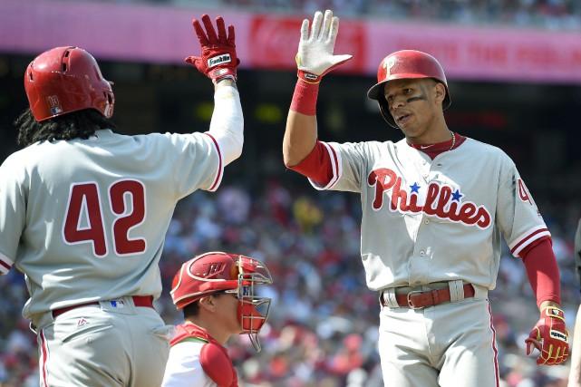 Cesar Hernandez, à droite, est félicité par Freddy... (Photo Nick Wass, AP)