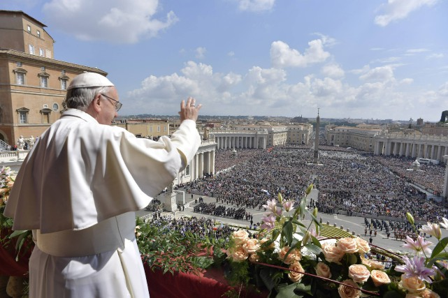 Devant 60000 fidèles rassemblés place Saint-Pierre, selon la... (Photo Agence France-Presse)