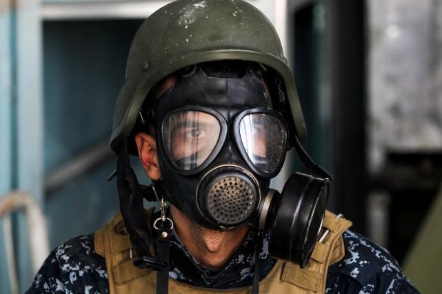 Un membre des forces irakiennes se protège avec... (Photo Ahmad Al-Rubaye, Agence France-Presse)