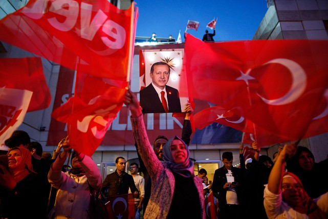 Des partisans du président turc Recep Tayyip Erdogan... (Photo Emrah Gurel, ASSOCIATED PRESS)