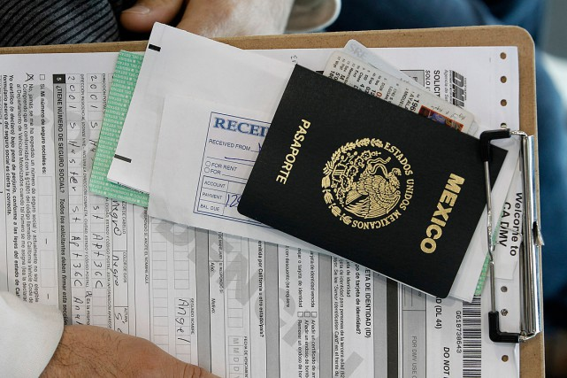 Un passeport mexicain est accroché à une demande... (Photo Nick Ut, ARCHIVES ASSOCIATED PRESS)