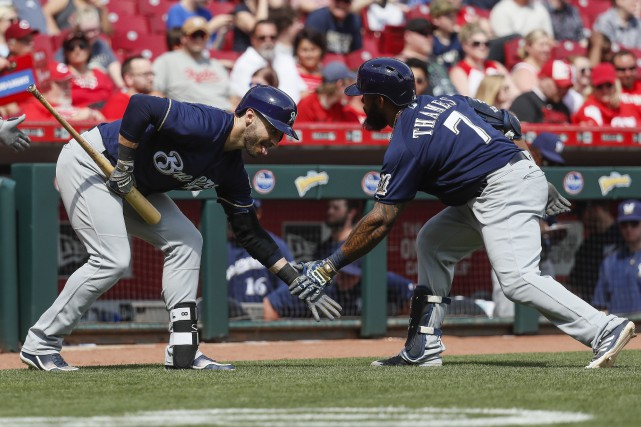 Eric Thames (7) et Ryan Braun... (Photo John Minchillo, AP)