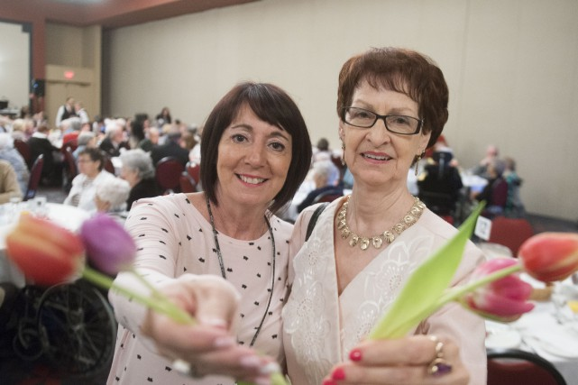 La bénévole Lynda Malette et l'aînée Huguette Sévigny... (Spectre Média, Julien Chamberland)