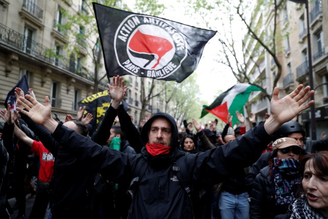 Une banderole sur laquelle était inscrit «action antifasciste»... (Photo Christian Hartmann, REUTERS)