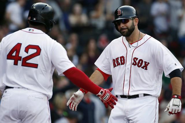 Mitch Moreland, à droite, et Pablo Sandoval... (Photo Michael Dwyer, AP)