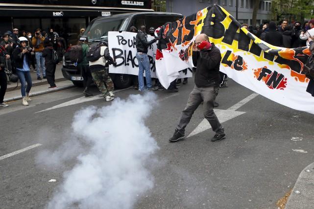 Certains protestataires ont lancé des cocktails Molotov contre... (AP, François Mori)