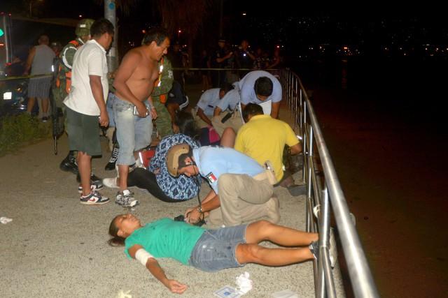 Des blessés reçoivent les premiers soins.... (Photo FRANCISCO ROBLES, AFP)