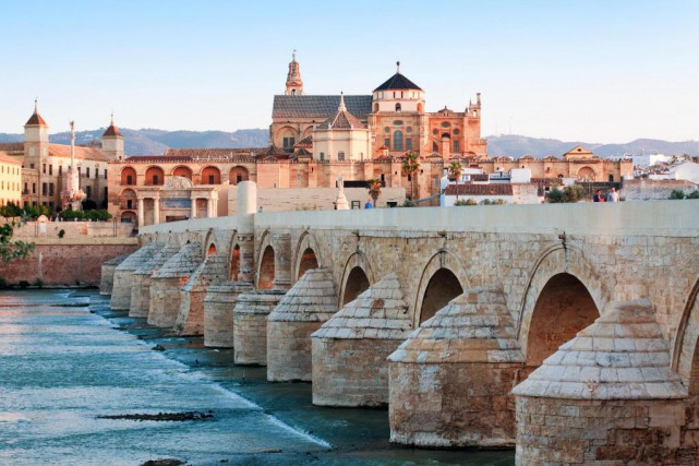 Le pont romain et la mosquée.... (Photo Thinkstock)