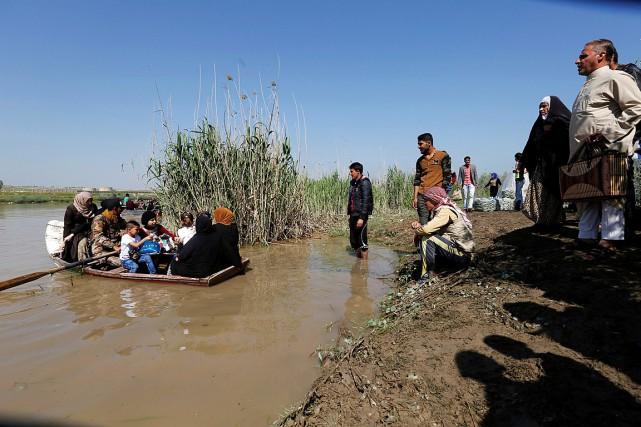 Des habitants de Mossoul ont traversé le Tibre... (Photo Muhammad Hamed, REUTERS)