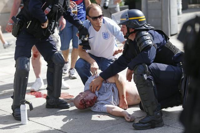 Des affrontements entre supporters russes et anglais avaient... (Photo Darko Bandic, archives AP)