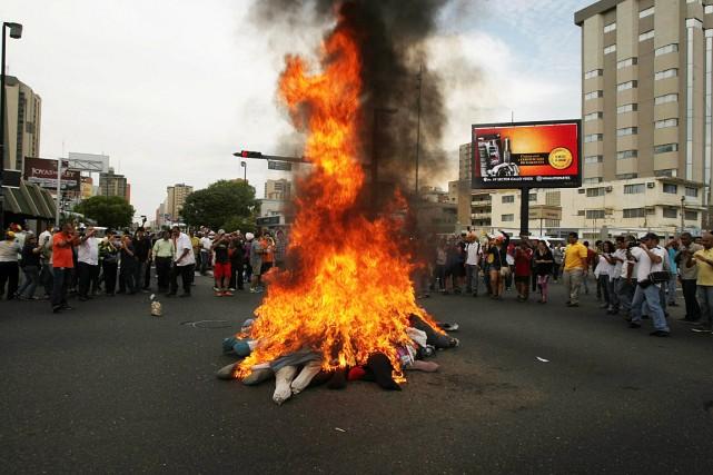 Des momies à l'effigie du président Nicolas Maduro... (Photo Isaac Urrutia, REUTERS)